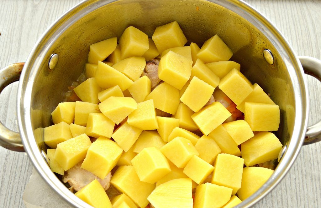 Фото рецепта - Куриные крылышки, тушеные с картошкой - шаг 4