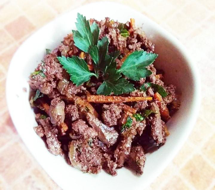 Теплый салат из печени с морковью