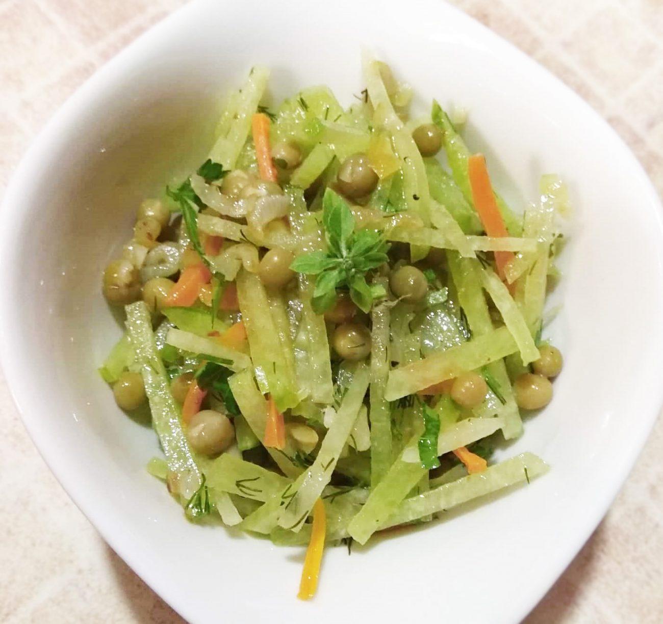 Салат из зеленой редьки и горошка