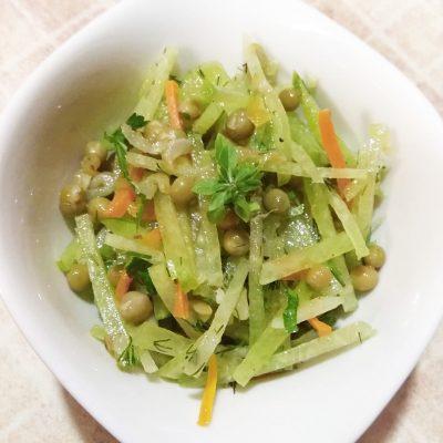 Салат из зеленой редьки и горошка - рецепт с фото