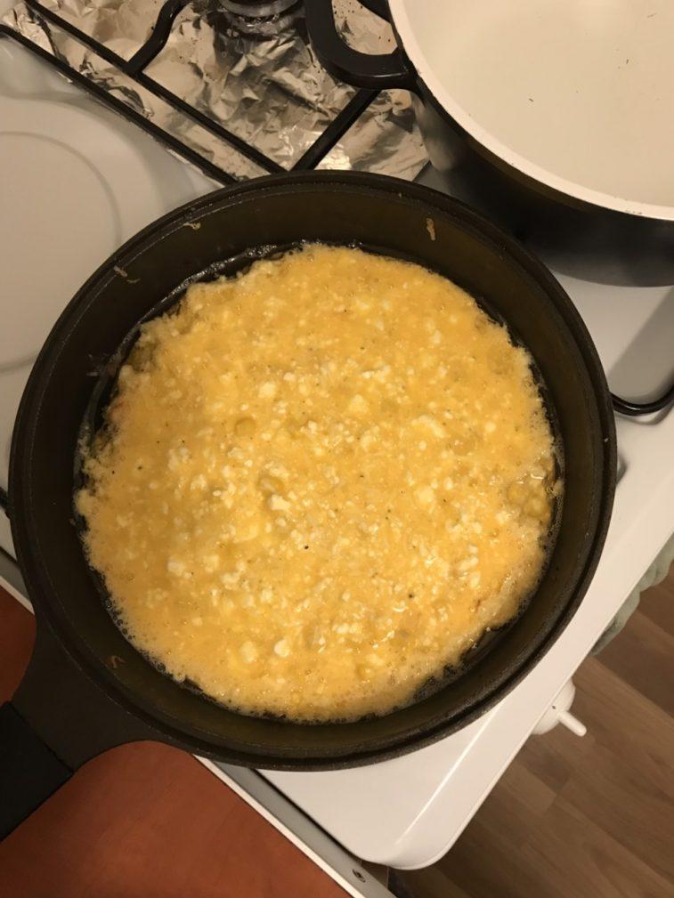 Фото рецепта - Нежный сырный омлет с кукурузой и творогом - шаг 2