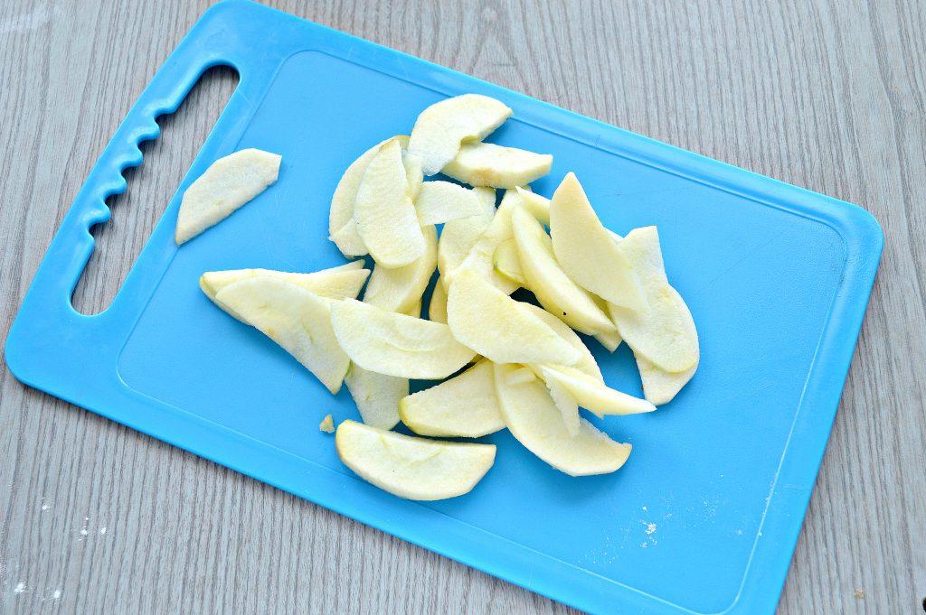 Фото рецепта - Яблочная шарлотка на ряженке - шаг 5