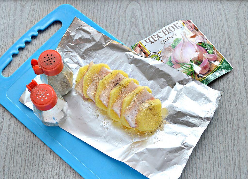 Фото рецепта - Картофель, запеченный в фольге с салом - шаг 5