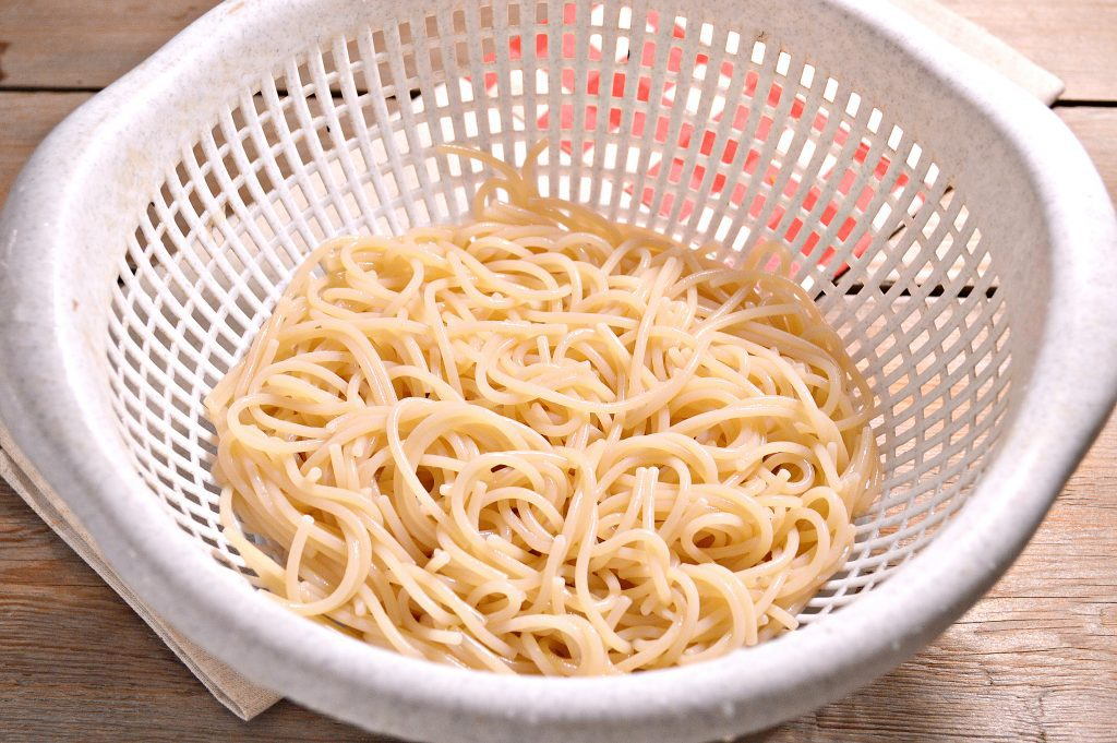 Фото рецепта - Спагетти с подливой из куриной грудки - шаг 5