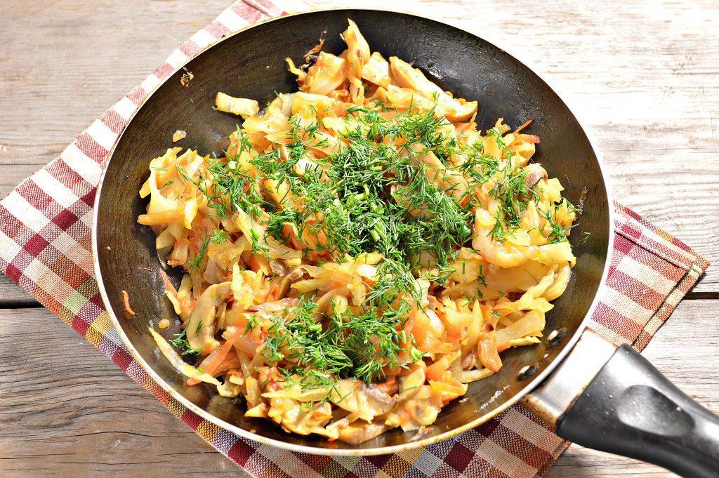 Фото рецепта - Капуста, жаренная с маринованными шампиньонами - шаг 5