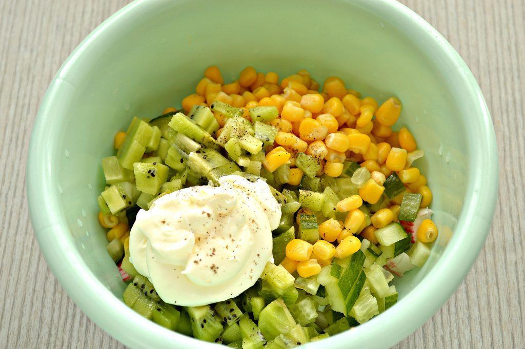 Фото рецепта - Крабовый салат с киви и кукурузой - шаг 5