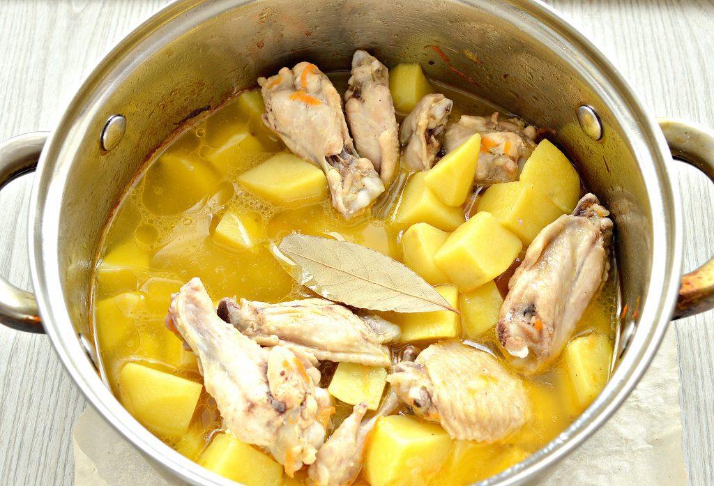 Фото рецепта - Куриные крылышки, тушеные с картошкой - шаг 5