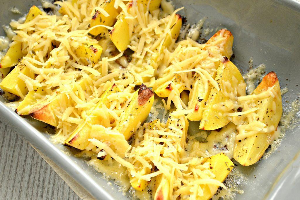 Фото рецепта - Запеченный картофель дольками с сыром - шаг 5