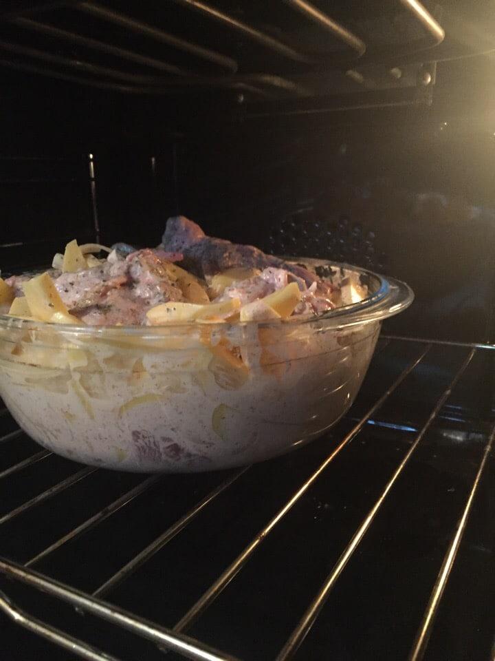 Фото рецепта - Запеченная картошка и курицей в сметане - шаг 5