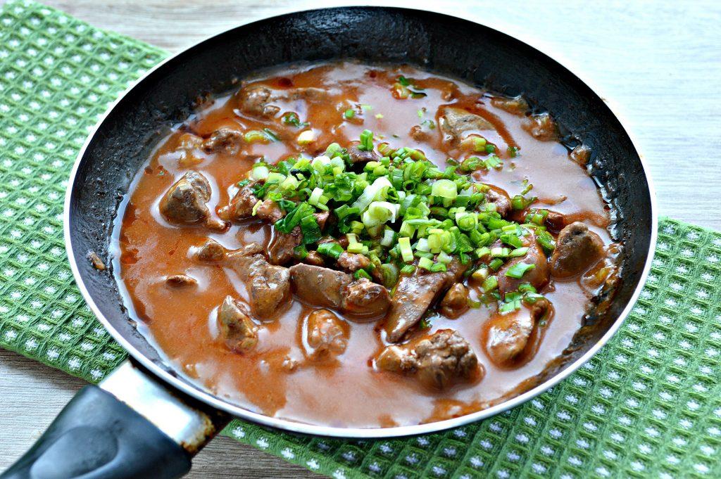 Фото рецепта - Печень куриная с томатной подливкой и зеленью - шаг 6