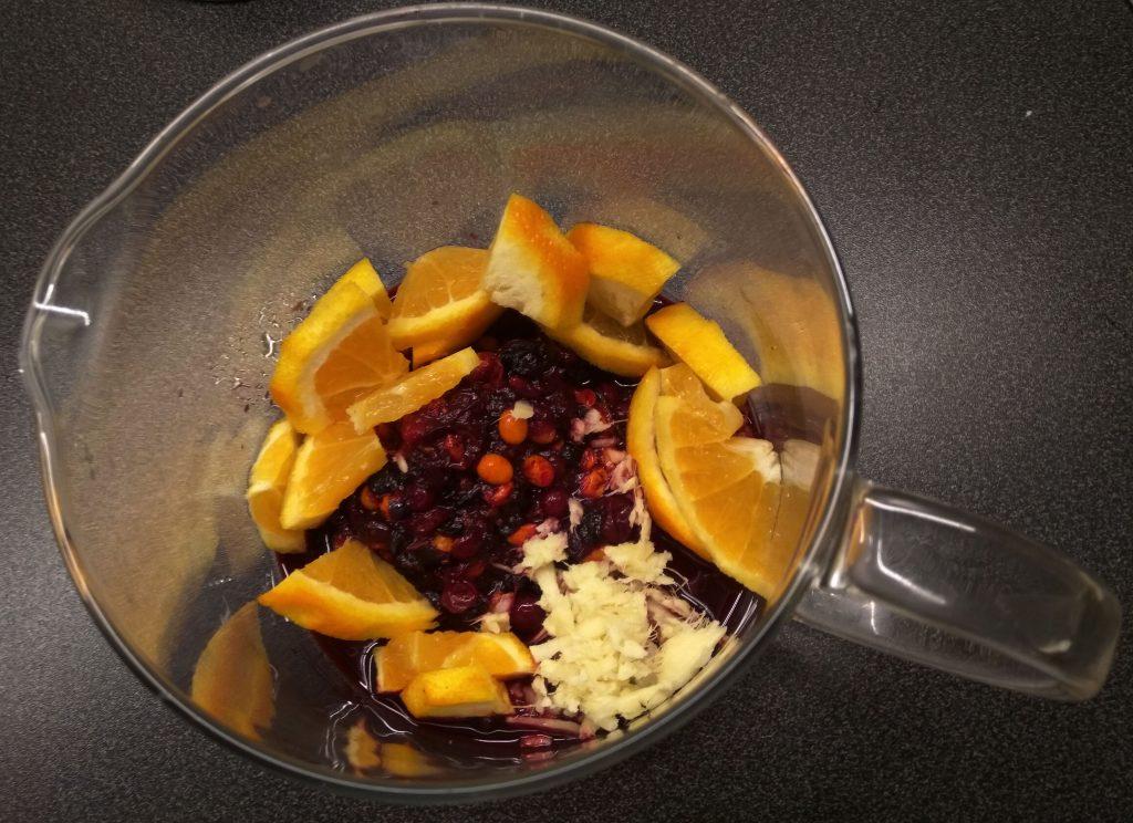 Фото рецепта - Чай с ягодами, апельсином и имбирем - шаг 5