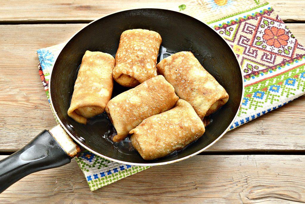 Фото рецепта - Домашние жареные блинчики с творогом - шаг 6