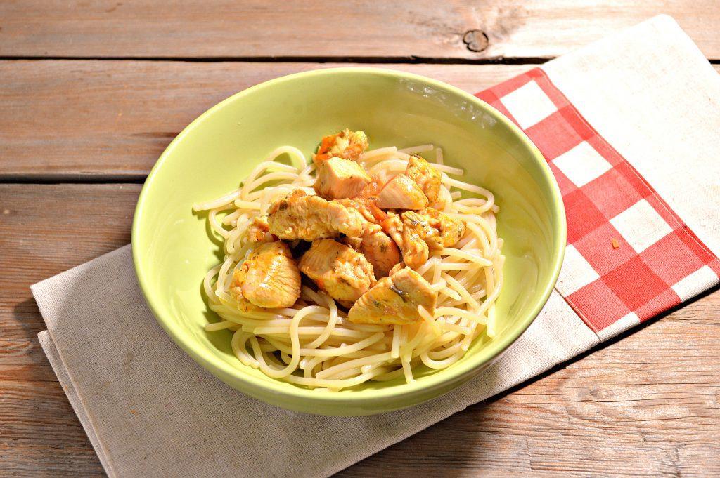 Фото рецепта - Спагетти с подливой из куриной грудки - шаг 6