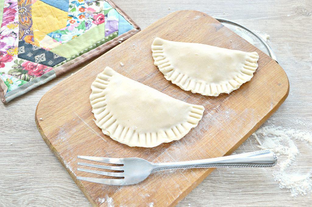 Фото рецепта - Чебуреки с творогом - шаг 6