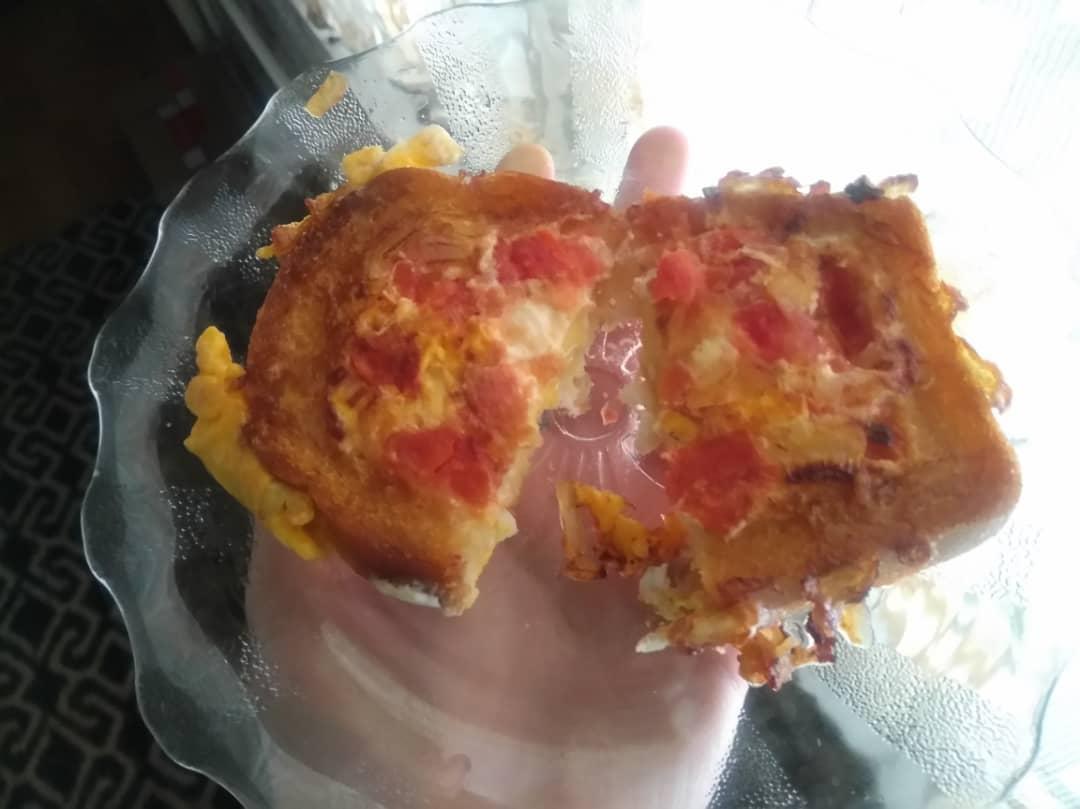 Жареный бутерброд с яйцом и томатом