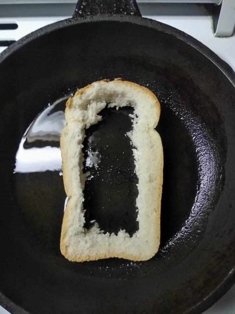 Фото рецепта - Жареный бутерброд с яйцом и томатом - шаг 1