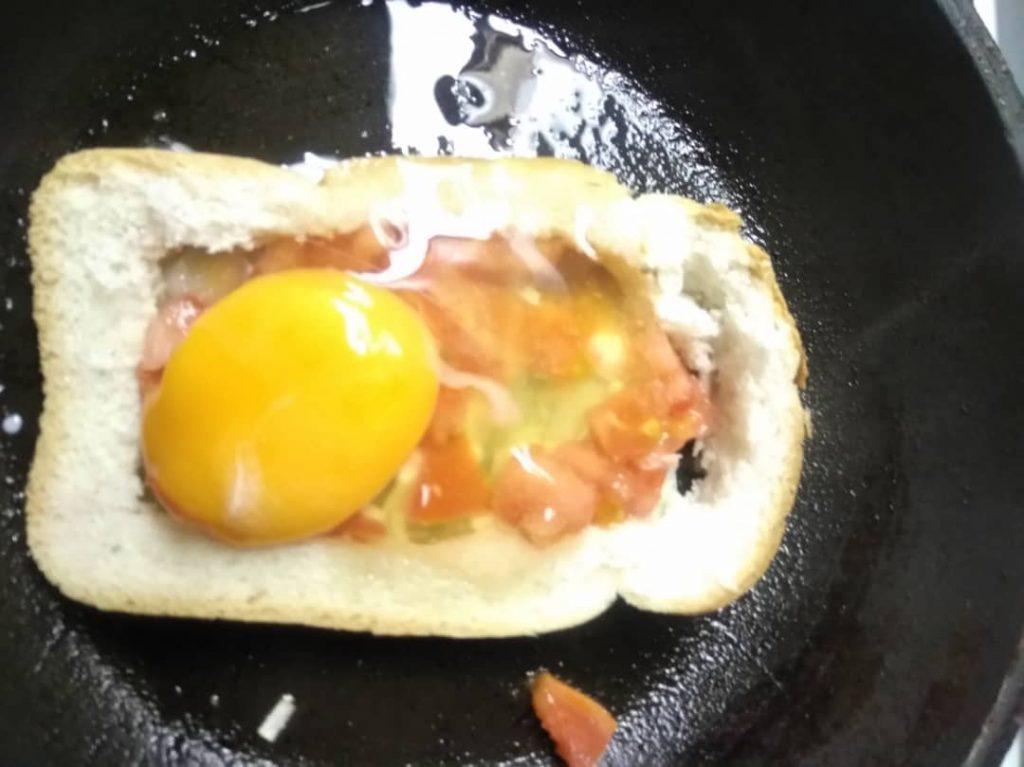 Фото рецепта - Жареный бутерброд с яйцом и томатом - шаг 4