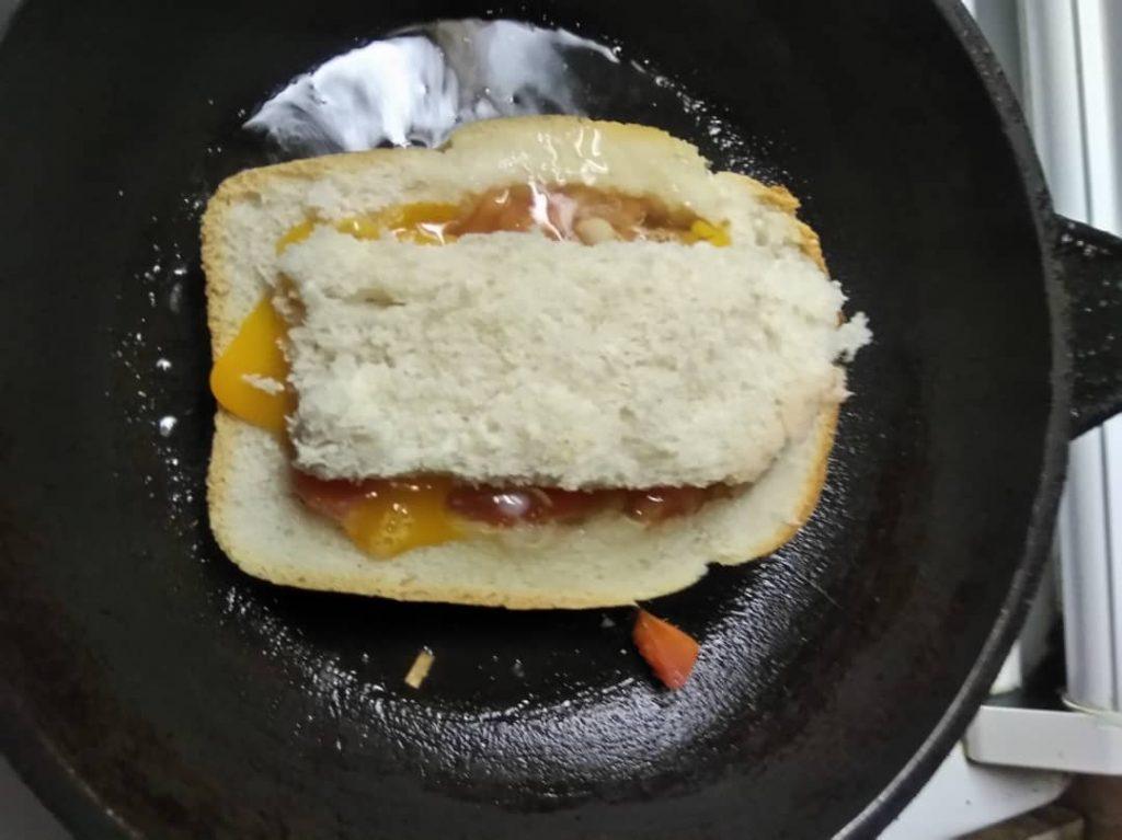 Фото рецепта - Жареный бутерброд с яйцом и томатом - шаг 5