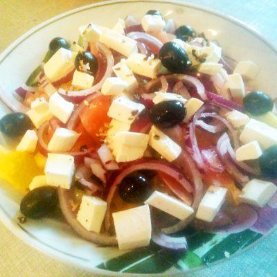 Греческий салат с фетой и маринованным луком - рецепт с фото