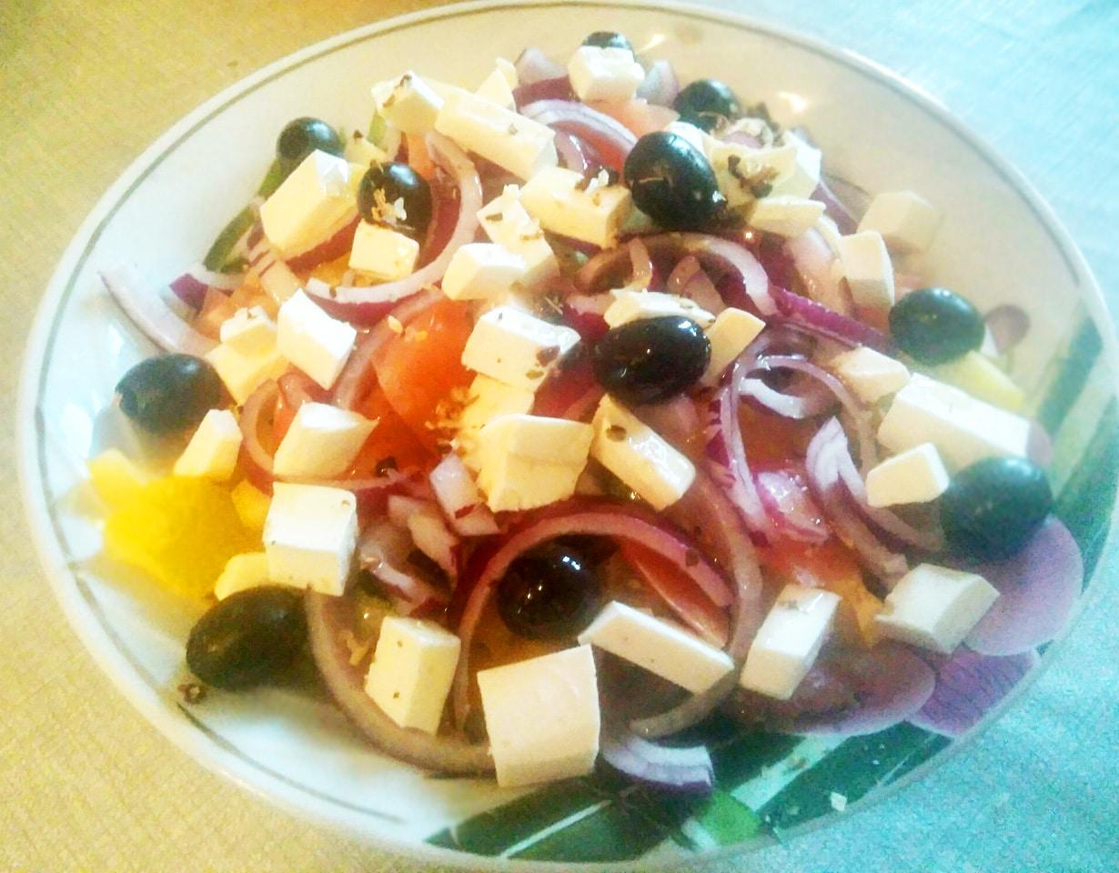 Греческий салат с фетой и маринованным луком