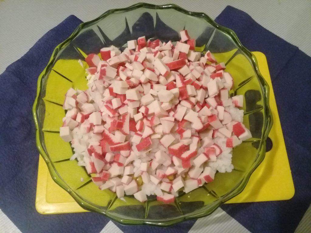 Фото рецепта - Крабовый салат с рисом и кукурузой - шаг 5