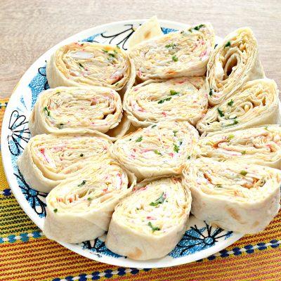 Рулетики из лаваша с крабовыми палочками и сыром - рецепт с фото