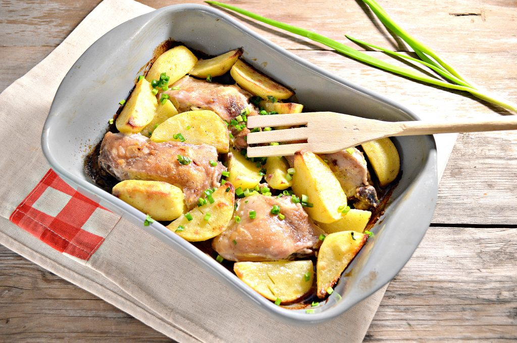 Фото рецепта - Курица, запеченная с картофелем в сметане - шаг 7