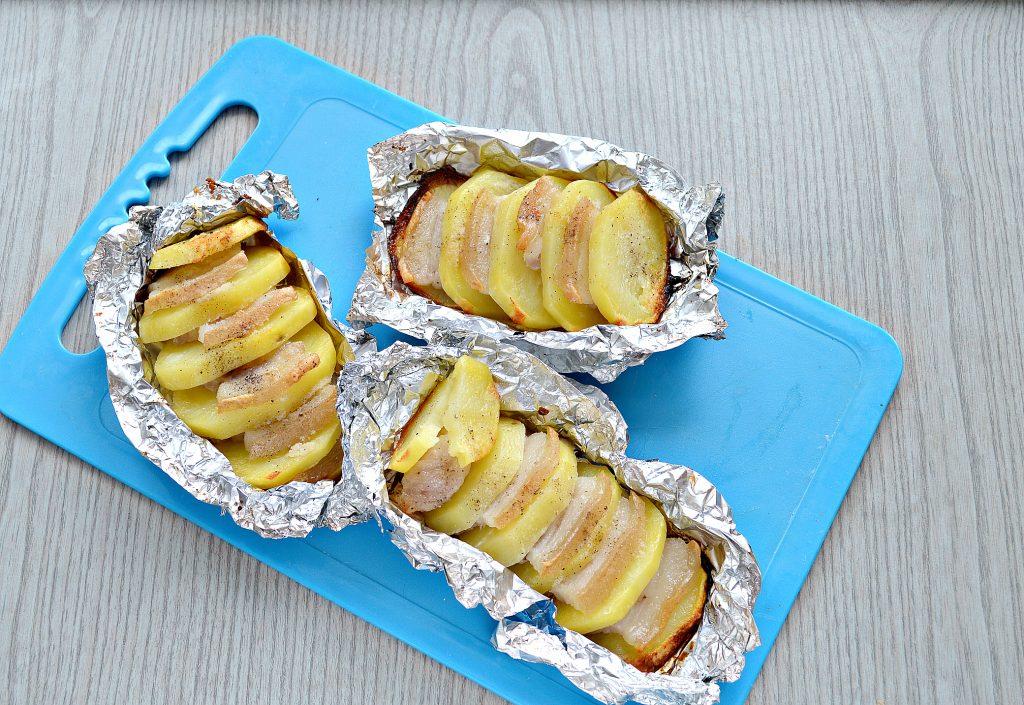 Фото рецепта - Картофель, запеченный в фольге с салом - шаг 7