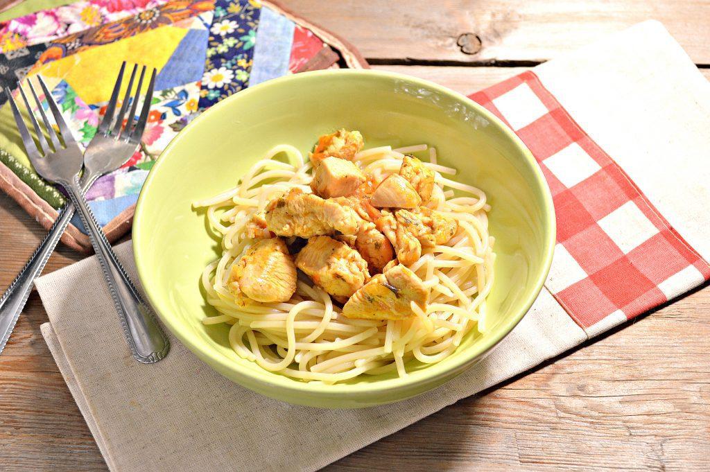 Фото рецепта - Спагетти с подливой из куриной грудки - шаг 7