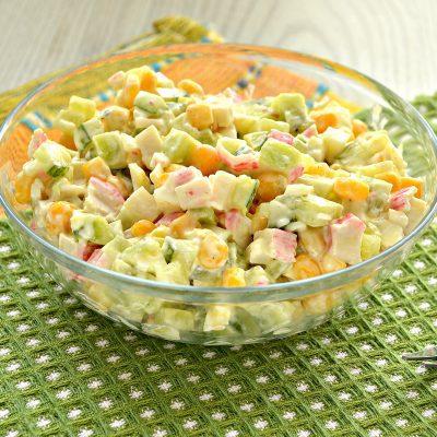 Крабовый салат с киви и кукурузой - рецепт с фото