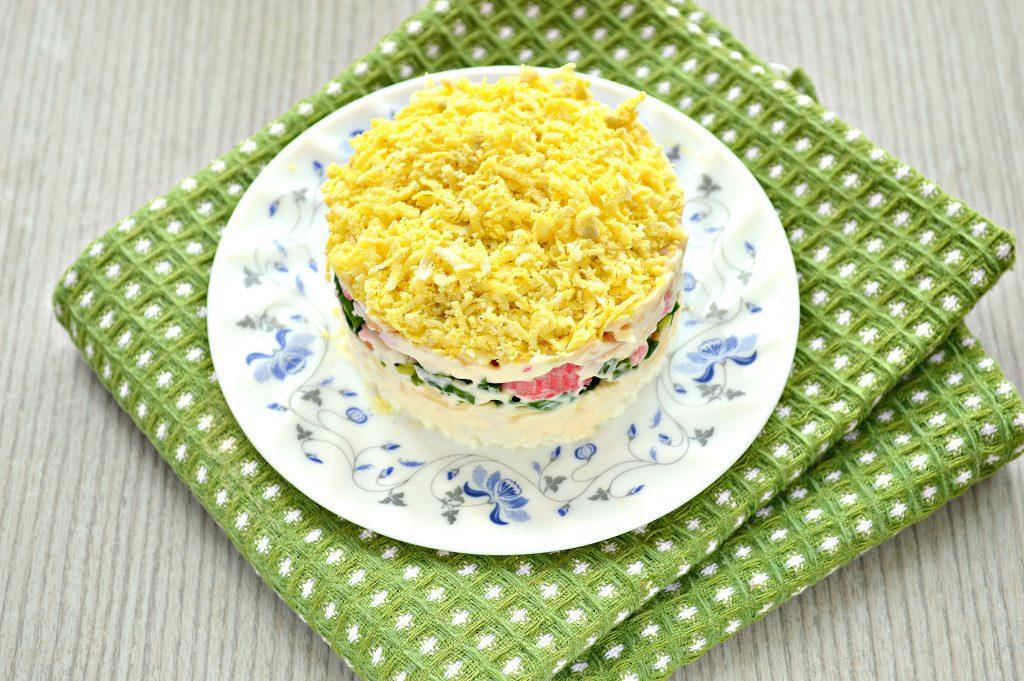 Фото рецепта - Слоеный салат с крабовыми палочками, сыром и яблоками - шаг 7