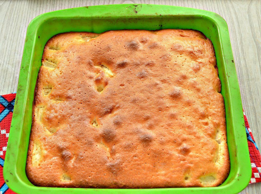 Фото рецепта - Заливная лимонная шарлотка с яблоками - шаг 7