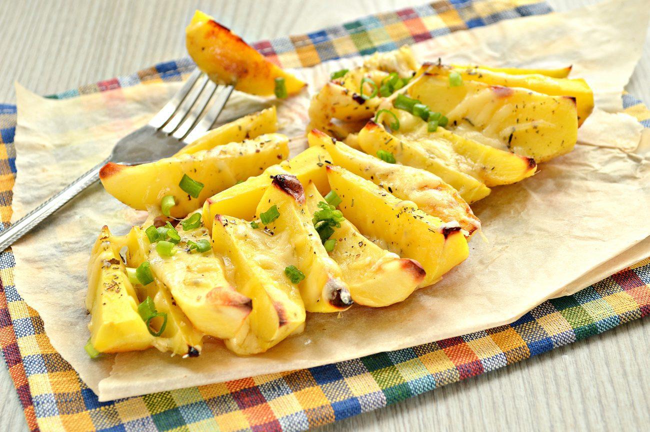 Запеченный картофель дольками с сыром
