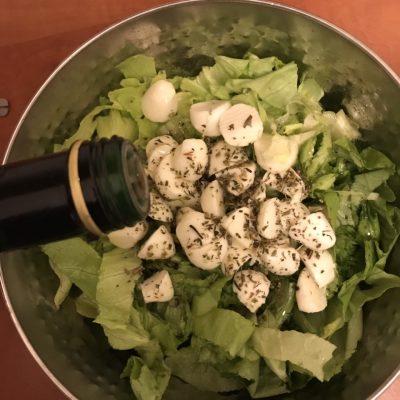 Фото рецепта - Диетический салат с моцареллой - шаг 4