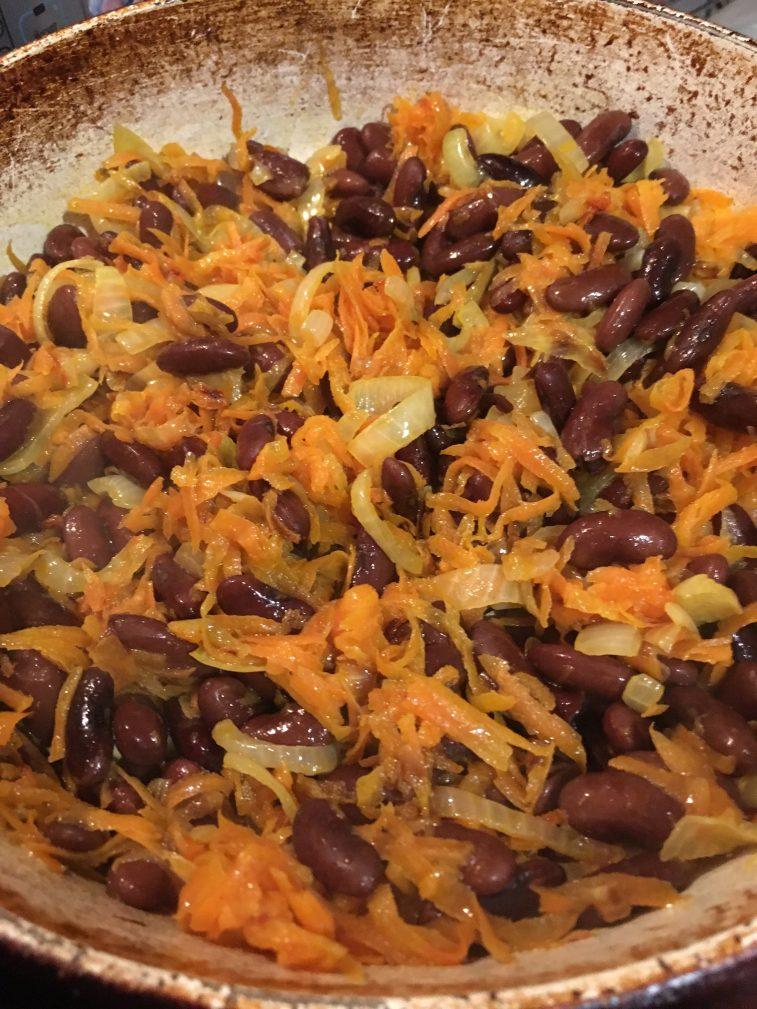 Фото рецепта - Гарнир из фасоли с луком и морковью - шаг 4