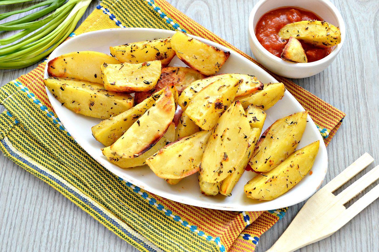 Картофель дольками, запеченный с чесноком, паприкой и травами