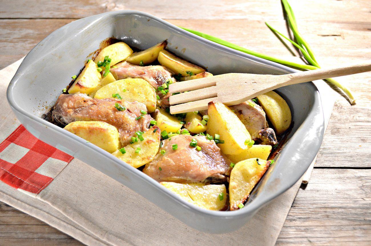 Курица, запеченная с картофелем в сметане
