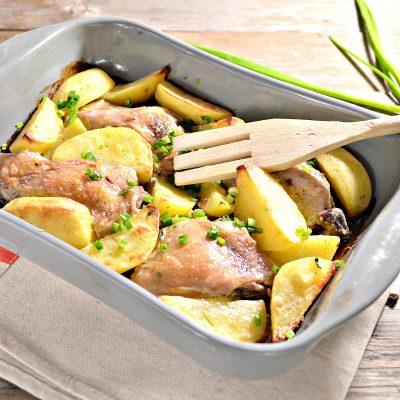 Курица, запеченная с картофелем в сметане - рецепт с фото