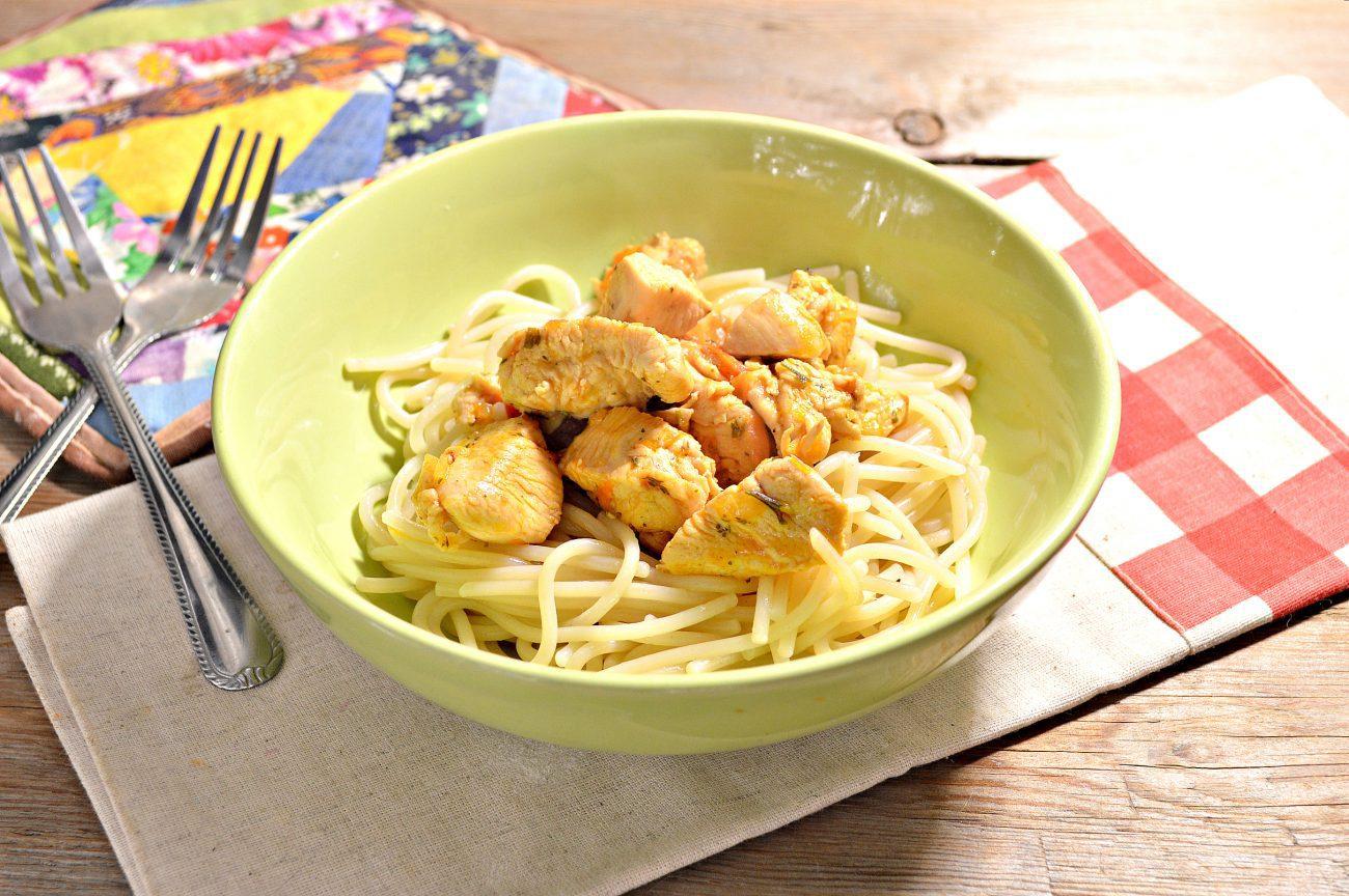 Спагетти с подливой из куриной грудки