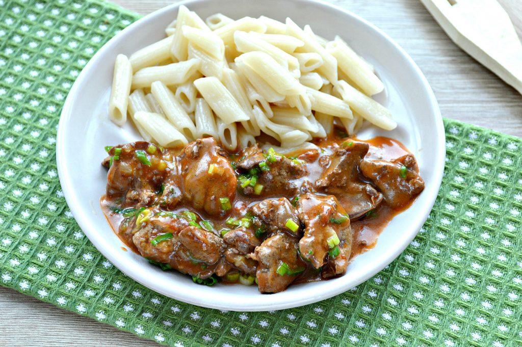 Фото рецепта - Печень куриная с томатной подливкой и зеленью - шаг 7