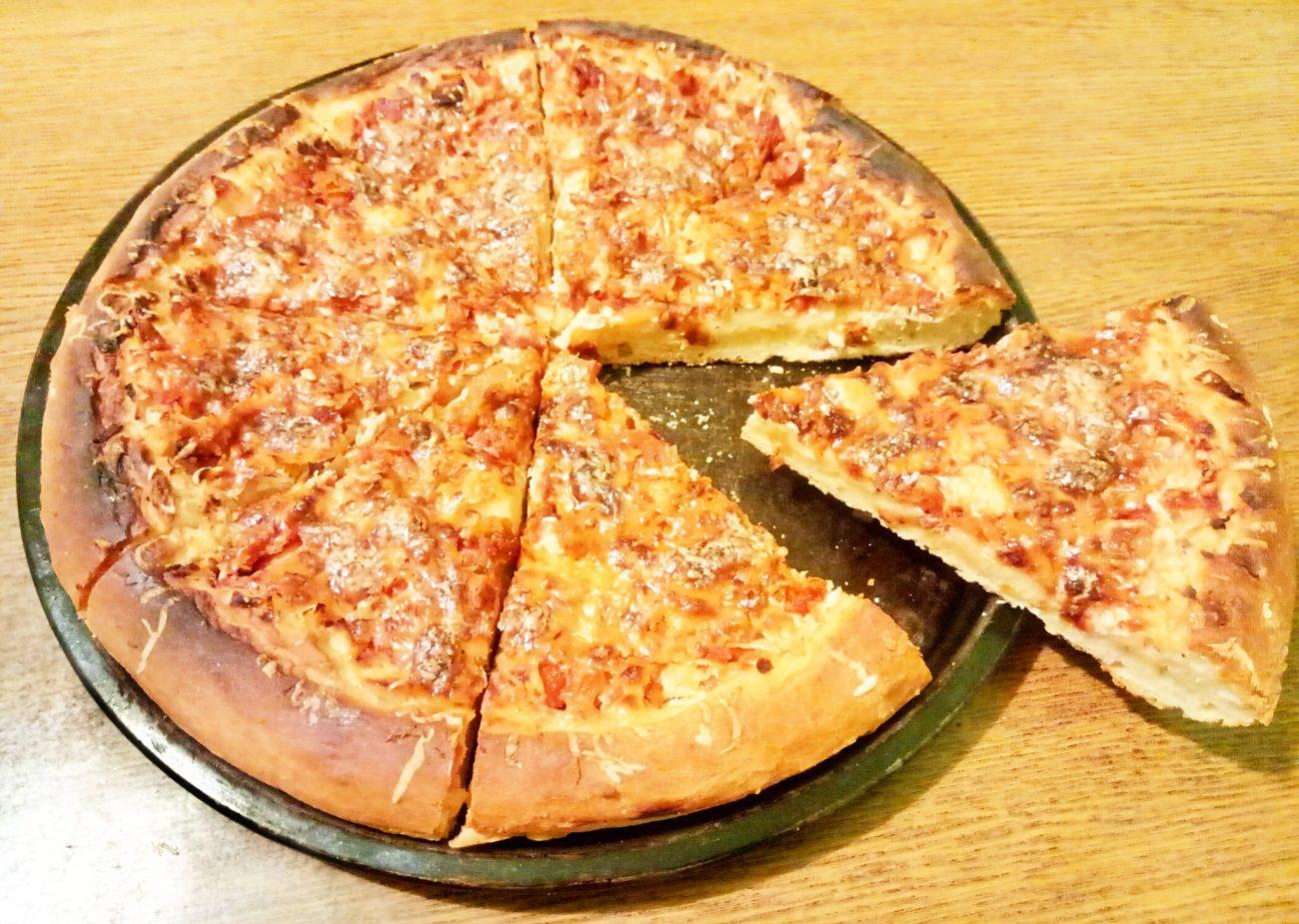 Пицца по-домашнему на дрожжах (c колбасой и курицей)