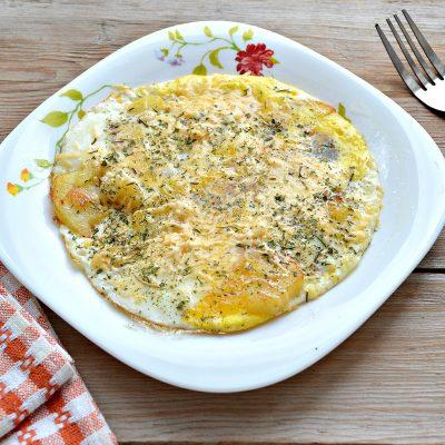Яичница с картофелем и сыром - рецепт с фото