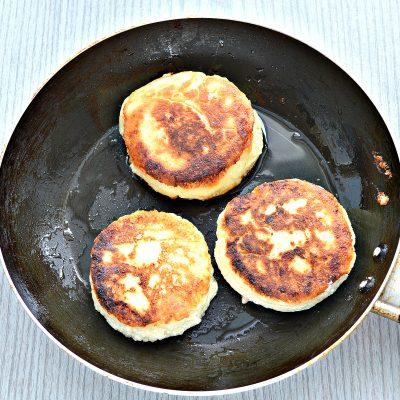 Фото рецепта - Сырники из творога с разрыхлителем на сковороде - шаг 8