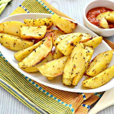 Фото рецепта - Картофель дольками, запеченный с чесноком, паприкой и травами - шаг 7