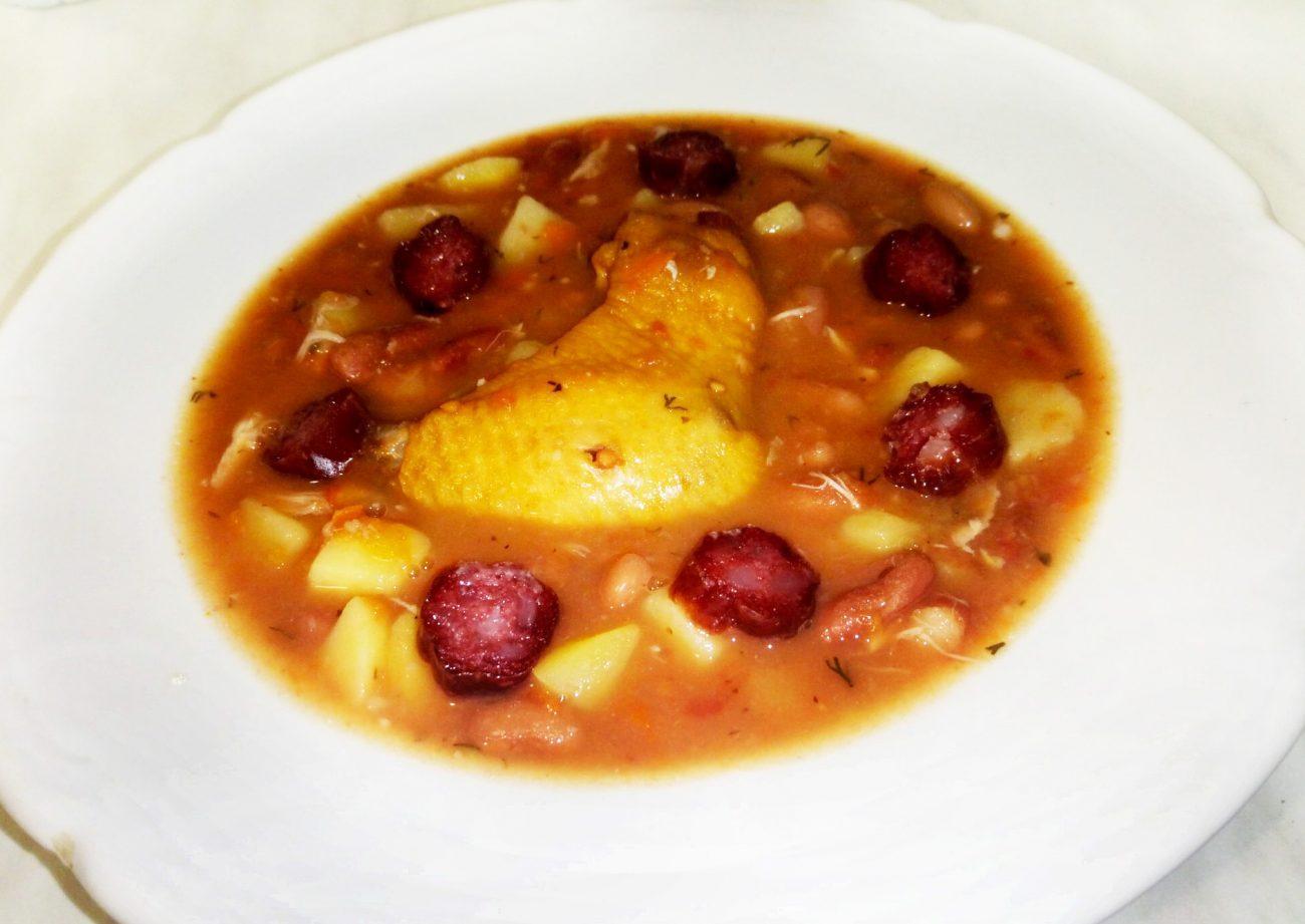 Розовый суп с фасолью, копченой курицей и чили-колбасками
