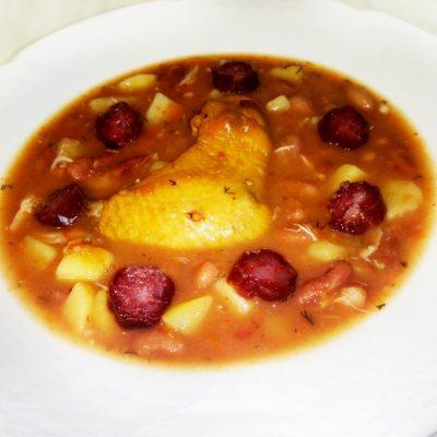 Розовый суп с фасолью, копченой курицей и чили-колбасками - рецепт с фото