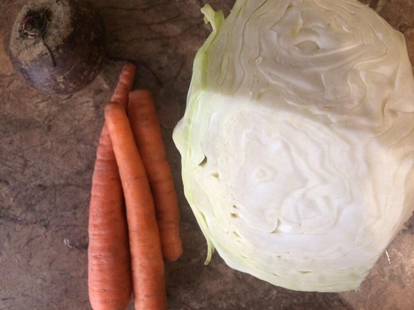 """Фото рецепта - Салат """"Метла"""" из сырой свеклы, моркови и капустки - шаг 1"""
