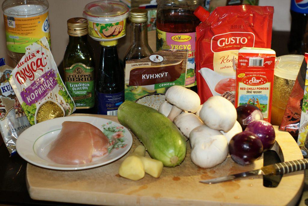 Фото рецепта - Куриное филе в остром кисло-сладком соусе с цукини и грибами - шаг 1