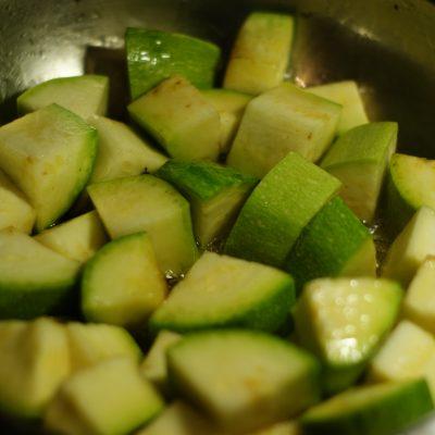 Фото рецепта - Куриное филе в остром кисло-сладком соусе с цукини и грибами - шаг 11