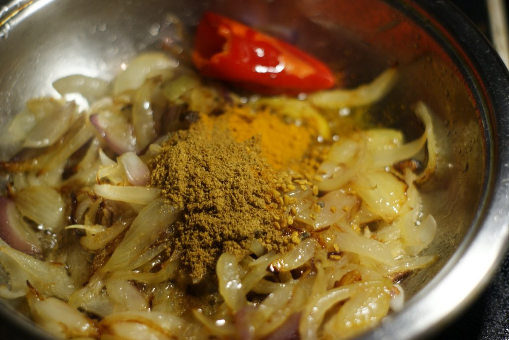 Фото рецепта - Тушеное куриное филе в соусе карри - шаг 6